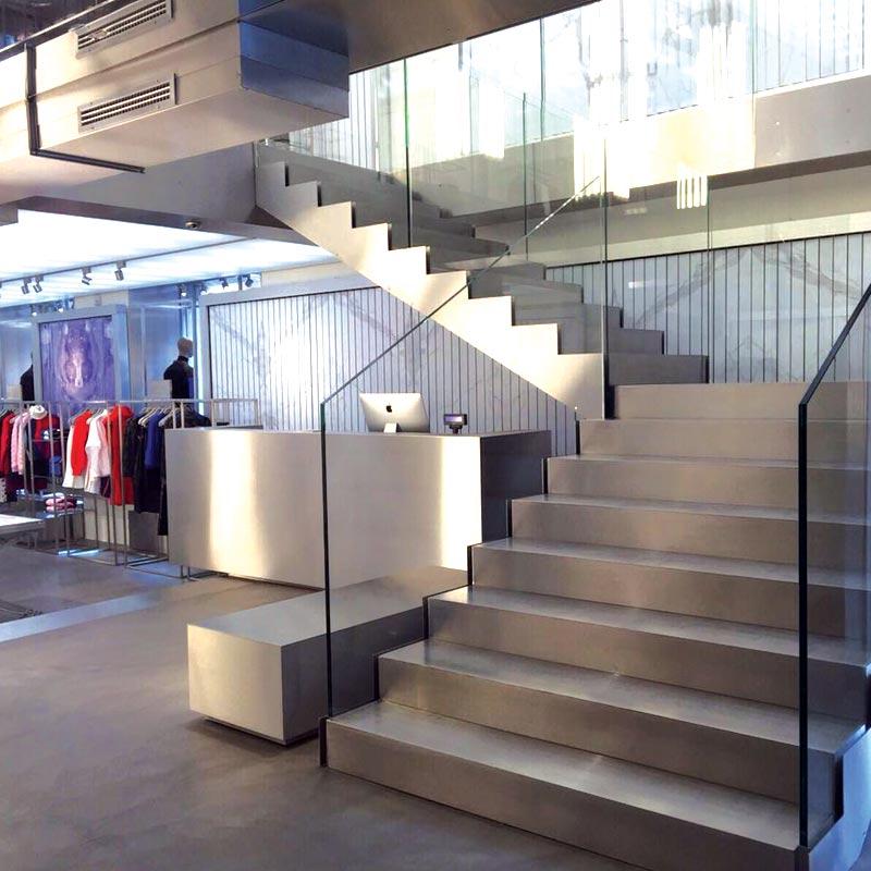 In questa immagine l'interno di un negozio ristrutturato da Artigian Pietre. Noi di Artigian Pietre, Impresa Costruzione Edile, siamo specializzati nella realizzazione e ristrutturazione di negozi e showroom.
