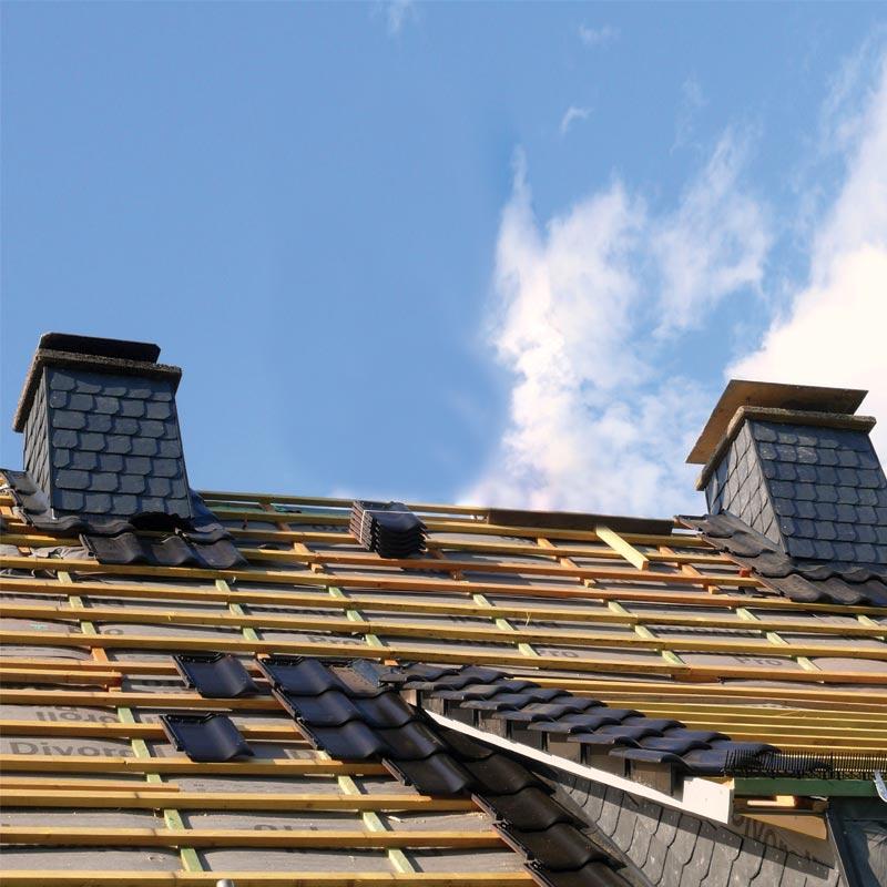 In questa immagine la vista del tetto in ristrutturazione di una villa. Se vuoi ristrutturare la tua villa affidati ad Artigian Pietre, Impresa Costruzione Edile.
